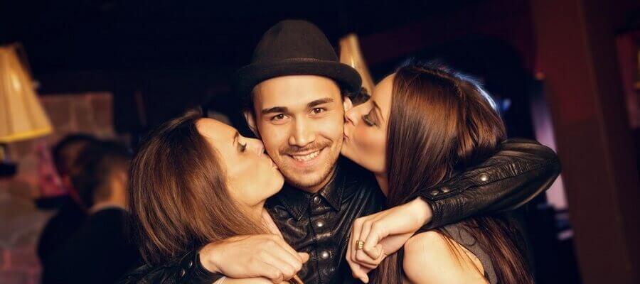 Мужчина с двумя девушками видео