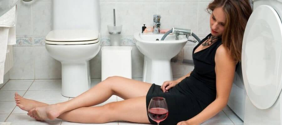 девка пьёт фото